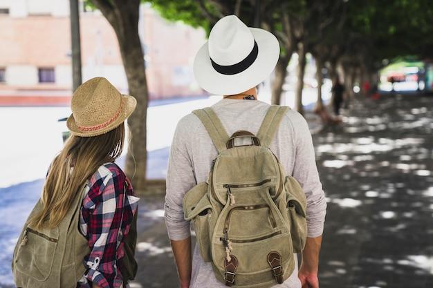 Un couple de touristes en route