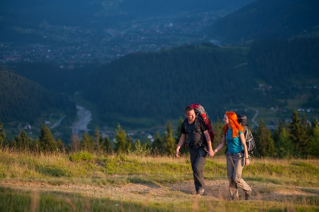 Couple de touristes avec sacs à dos de randonnée dans la belle région de montagnes