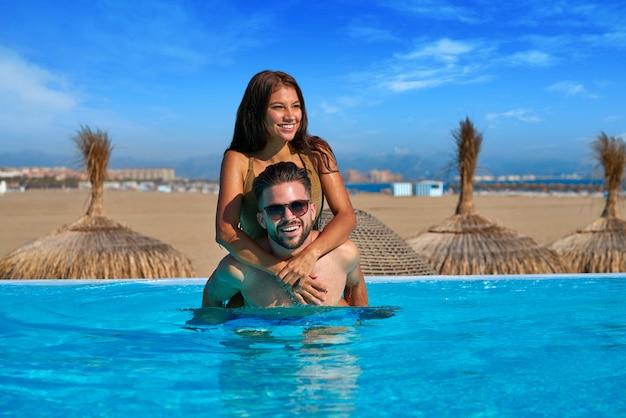 Couple de touristes se greffer dans la piscine à débordement