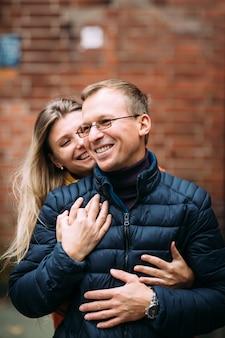 Couple de touristes se promener dans la vieille ville .. vacances, automne, vacances, tourisme: concept.