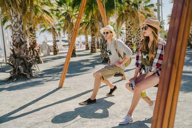 Couple de touristes sur le swing