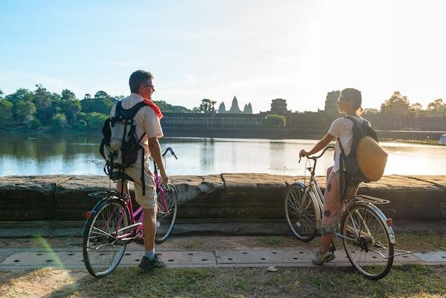 Couple de touristes à vélo dans le temple d'angkor, cambodge.