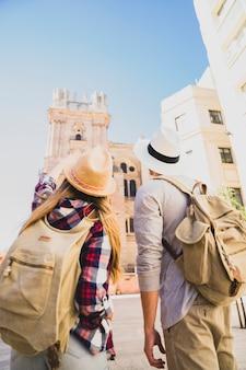 Un couple de touristes visitant la ville