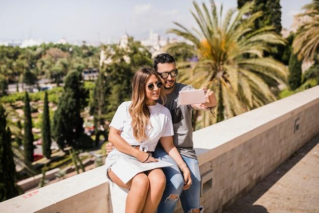Couple touristique, prendre, autoportrait, sur, téléphone portable