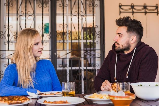 Couple en train de déjeuner dans l'arrière-cour