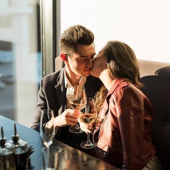 Couple en train de dîner au restaurant