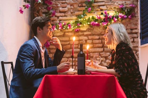 Couple en train de dîner le jour de la saint-valentin