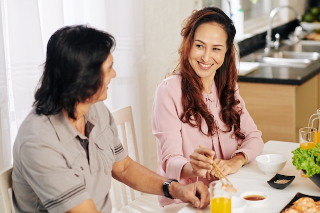 Couple en train de dîner à la maison