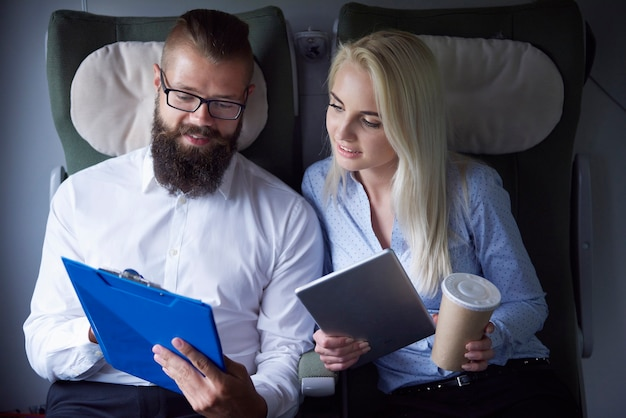 Couple de travail pendant le voyage