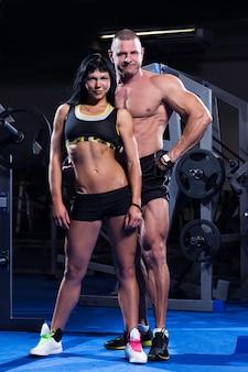 Couple travaillant dans un gymnase