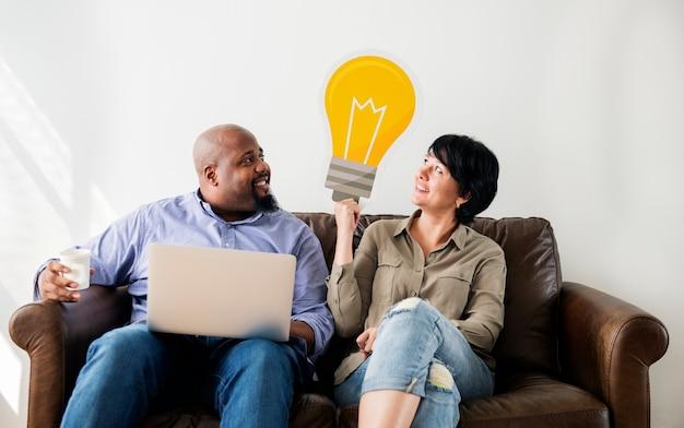 Couple travaillant sur un ordinateur portable