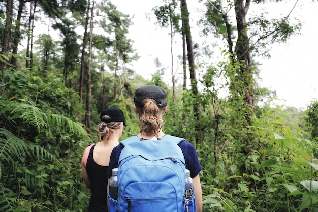 Couple de trekking en forêt