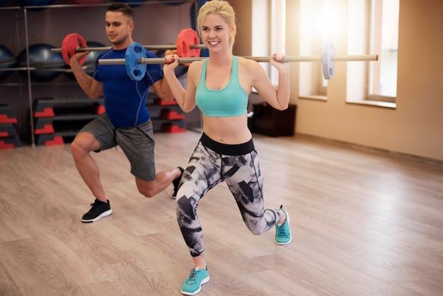 Couple très concentré sur l'exercice de squat