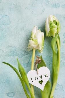 Couple de tulipes blanches et vertes avec coeur en bois
