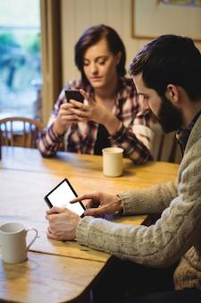 Couple, utilisation, tablette numérique, et, téléphone portable