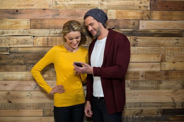 Couple, utilisation, téléphone portable, dans, café