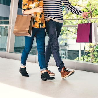Un couple va faire du shopping ensemble