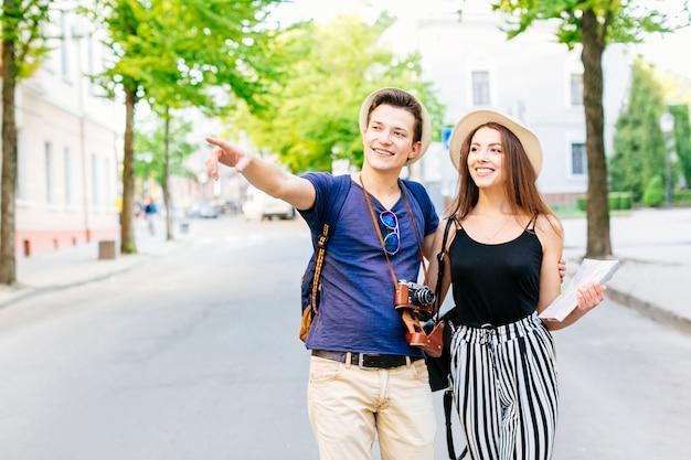 Couple En Vacances Dans La Ville à Pied Sur La Route Photo gratuit