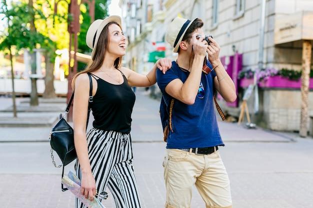 Couple En Vacances Prenant Des Photos Photo gratuit