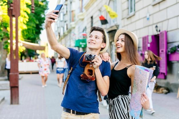 Couple En Vacances Prenant Selfie Photo gratuit