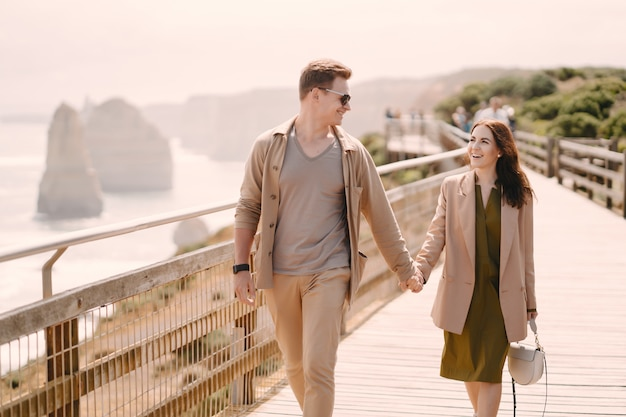 Couple, vacances, wlking, pont