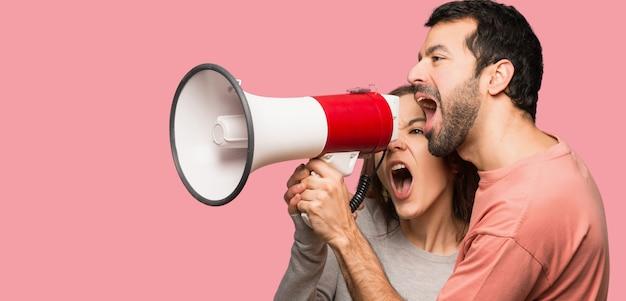 Couple, valentin, crier, par, porte-voix, fond rose, isolé