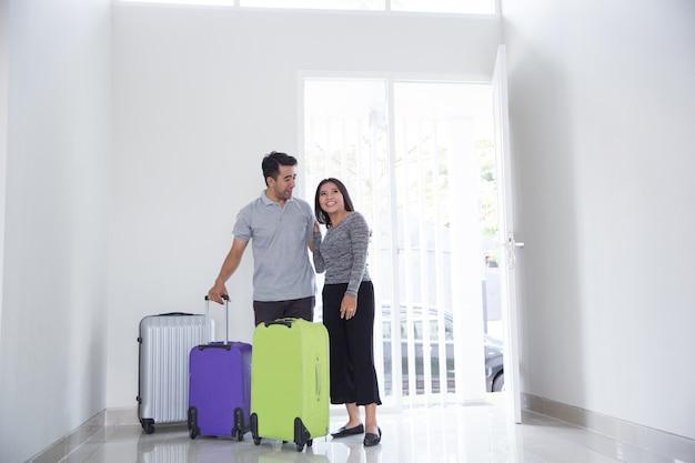 Couple, valise, entrer, nouveau, maison