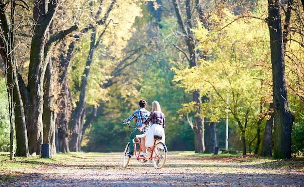 Couple sur vélo tandem
