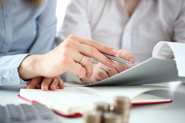 Un couple vérifie les chèques pour déduire les impôts de