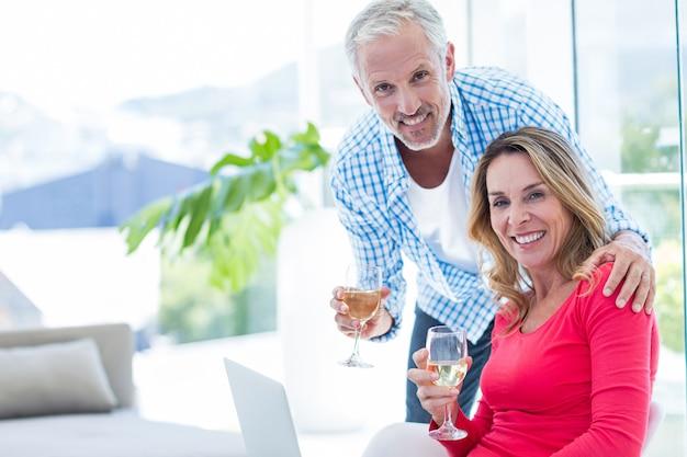 Couple avec verre à vin à la maison