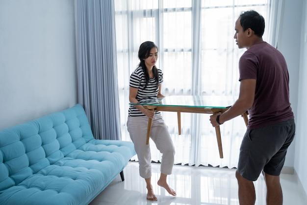 Un couple vient d'emménager dans une nouvelle maison