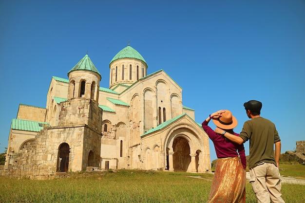 Couple visitant la cathédrale de bagrati, une magnifique église médiévale à kutaisi, région d'imereti en géorgie
