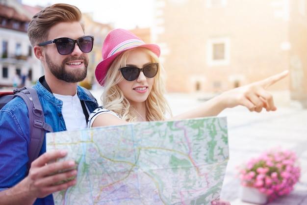 Couple visitant une nouvelle ville touristique