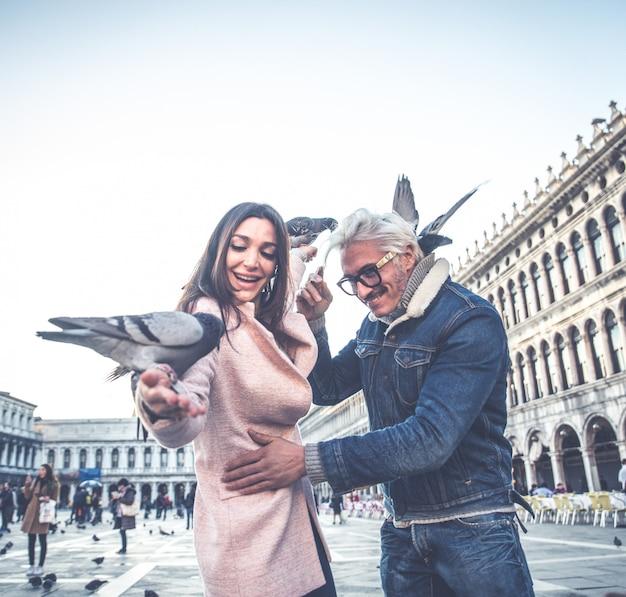 Couple visitant la place saint-marc, venise