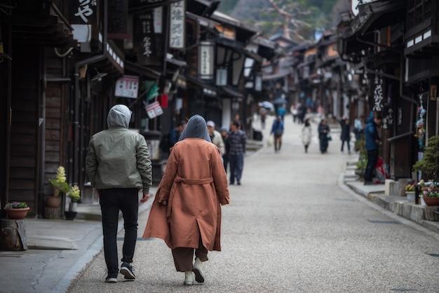 Couple visitant la ville de narai-juku