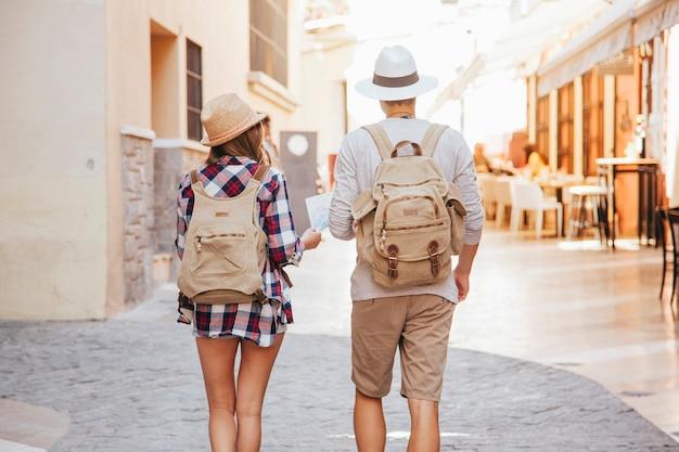 Couple visitant la ville