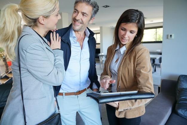 Couple, visite, maison, à, agent immobilier