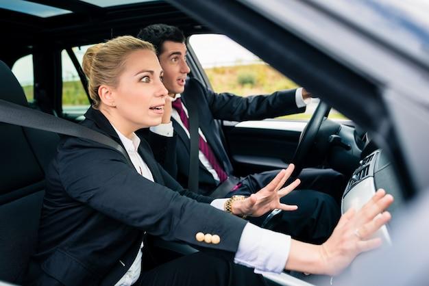 Couple en voiture en situation dangereuse