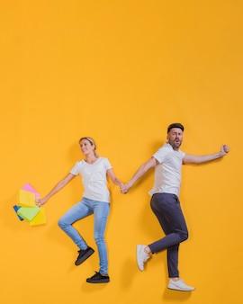 Couple volant avec des sacs