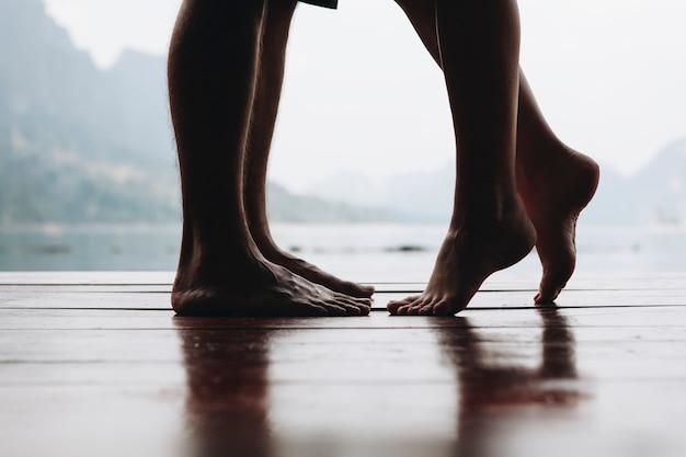 Couple en voyage ayant un moment romantique