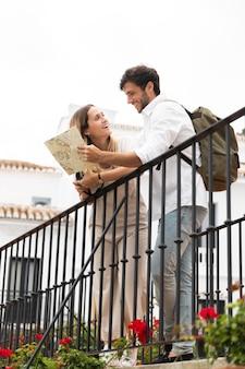 Couple voyageant ensemble plein coup