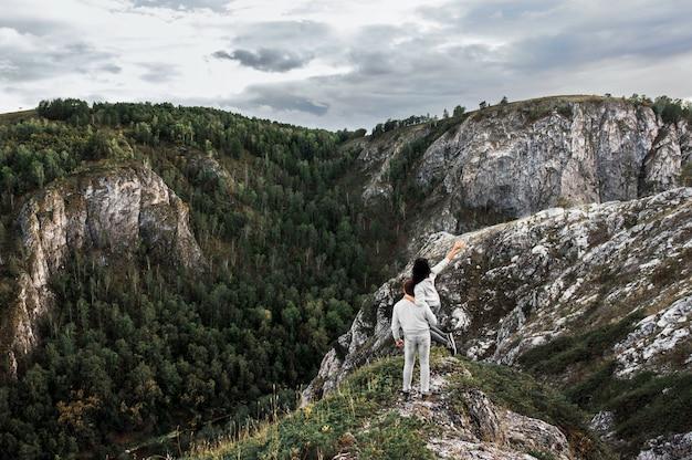 Couple voyageant à travers les montagnes. couple amoureux en montagne. homme et femme voyageant. une promenade en montagne