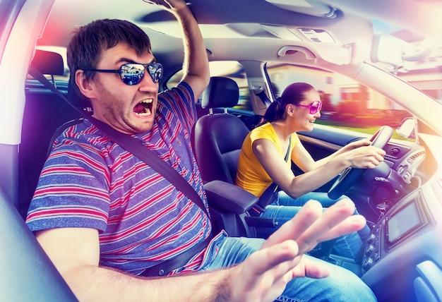 Couple voyageant en voiture