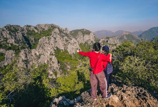 Couple voyageur debout prendre une photo au sommet de la montagne et profiter de la belle natu