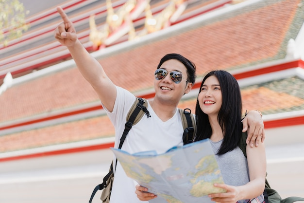 Couple de voyageurs asiatiques direction sur la carte de localisation à bangkok, thaïlande