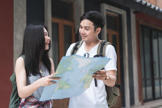 Couple de voyageurs asiatiques direction sur la carte de localisation à pékin, chine