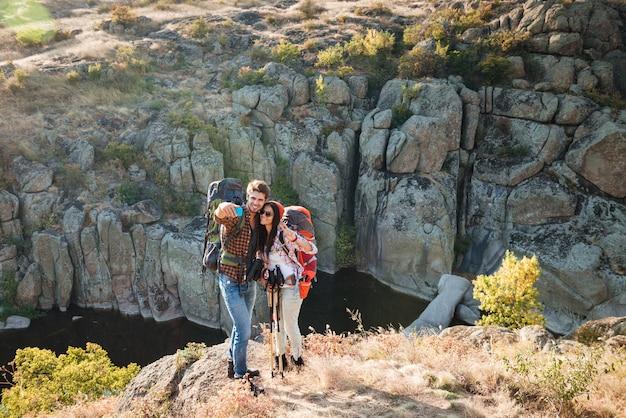 Un couple de voyageurs fait un selfie près du canyon