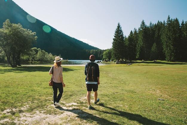 Couple de voyageurs hipsters sur la nature. voyage, liberté, mode de vie, vacances, concept de mode.