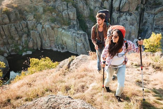 Couple de voyageurs près du canyon