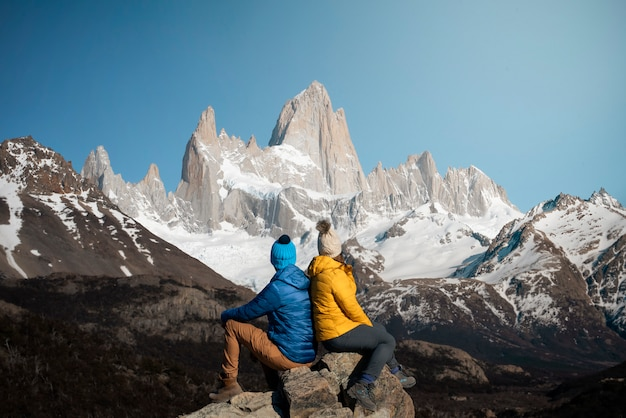 Couple de voyageurs en randonnée à el chalten, argentine